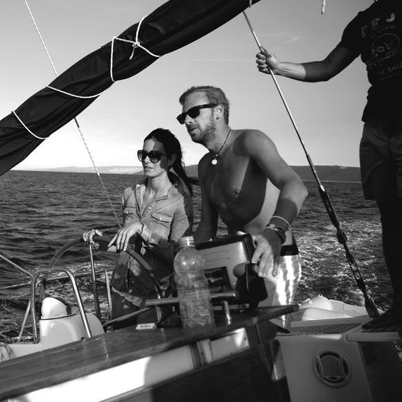 Noleggio barche a vela con skipper esperti a bordo. Rilassati e goditi una crociera con la tua famiglia o i tuoi amici.