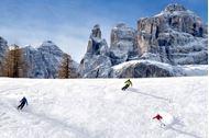 Ponte dell'Immacolata sulla neve in Alta Badia, scii e montagne innevate